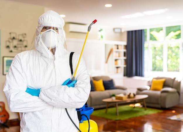 Homme Portant Une Combinaison De Nettoyage Avec équipement De Désinfection Pour Nettoyer La Maison Photo Premium