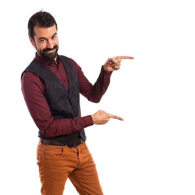 Homme portant un gilet pointant vers le côté Photo gratuit
