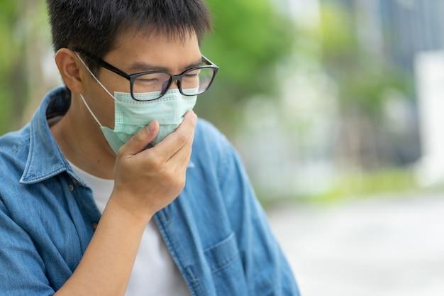 Un Homme Portant Un Masque Facial Protège Le Filtre Contre La Pollution De L'air (pm2.5) Photo Premium