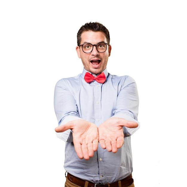 Homme portant un noeud papillon rouge. offrir quelque chose. Photo gratuit