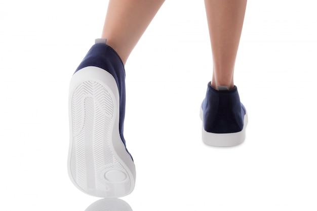 Homme, porter, bleu, chaussures mode, pas, vue dos, isolé, blanc Photo Premium