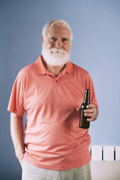 Homme posant avec de la bière Photo gratuit