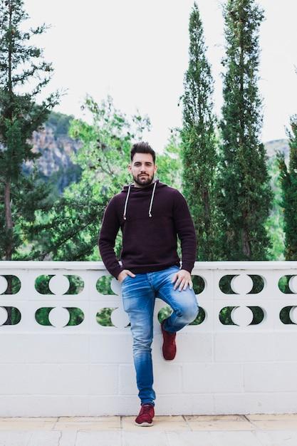Homme posant sur une terrasse près de la forêt Photo gratuit