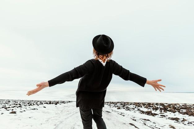 Homme Posant En Vêtements D'hiver à La Lumière Du Jour Photo Premium