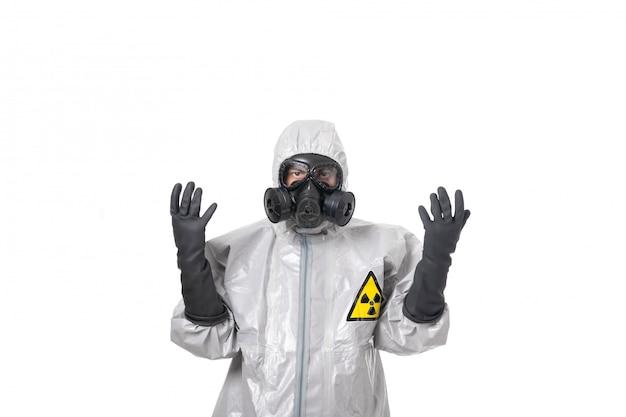 Un homme pose dans une combinaison de protection grise Photo Premium