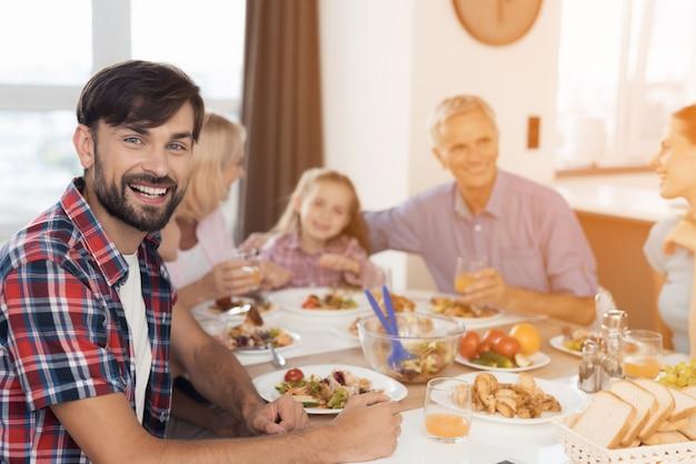 Un homme pose dans le contexte de sa famille Photo Premium