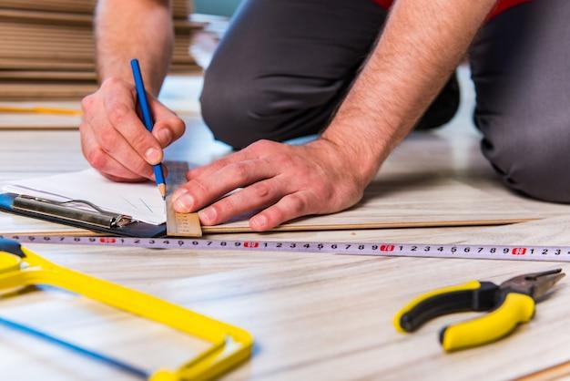 Homme, pose, stratifié, plancher, dans, construction Photo Premium
