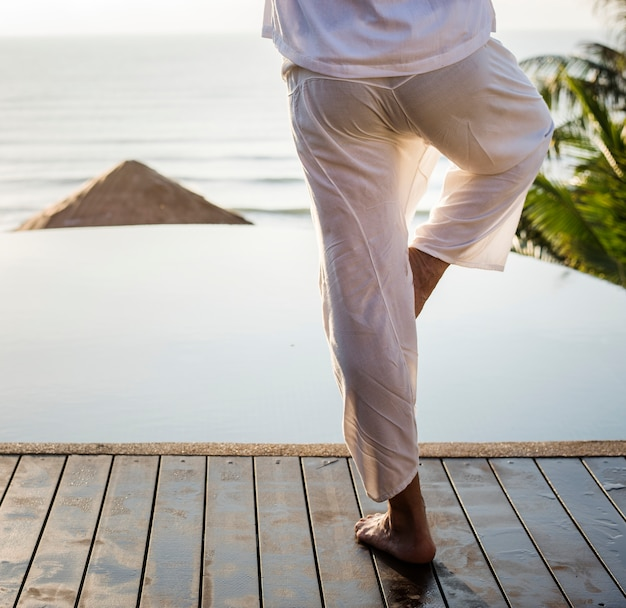 Homme Pratiquant Le Yoga Le Matin Photo gratuit