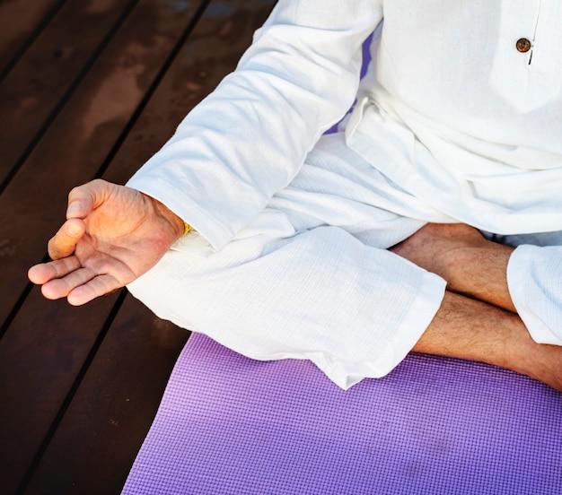 Homme pratiquant le yoga Photo gratuit