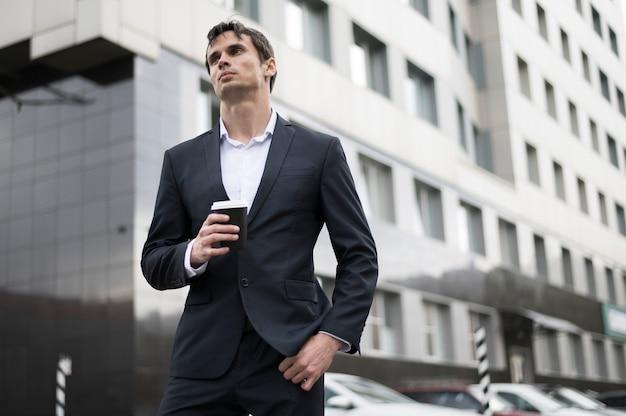 Homme prenant un café pendant la pause Photo gratuit