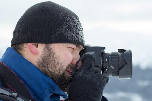 Homme Prenant Une Photo Avec Son Appareil Photo En Hiver. Photo Premium