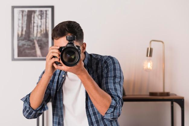Homme Prenant Une Photo Avec Son Appareil Photo Photo gratuit
