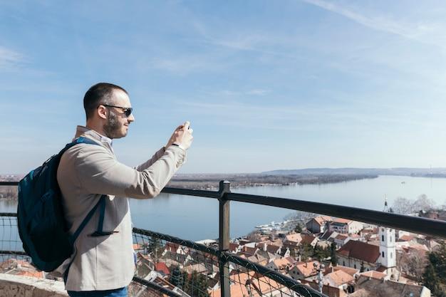 Homme prenant des photos de la ville Photo gratuit