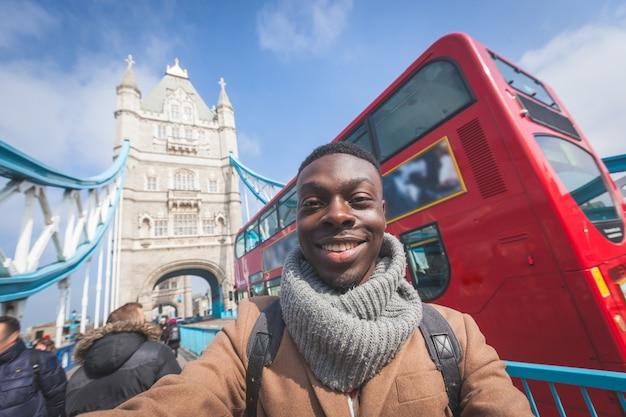 Homme prenant selfie à londres avec tower bridge Photo Premium