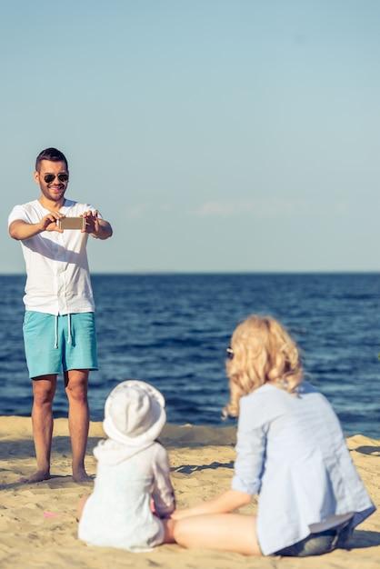 L'homme Prend En Photo Sa Belle Femme Et Sa Petite Fille. Photo Premium