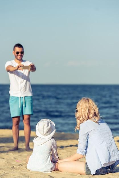 L'homme prend en photo sa femme et sa petite fille. Photo Premium