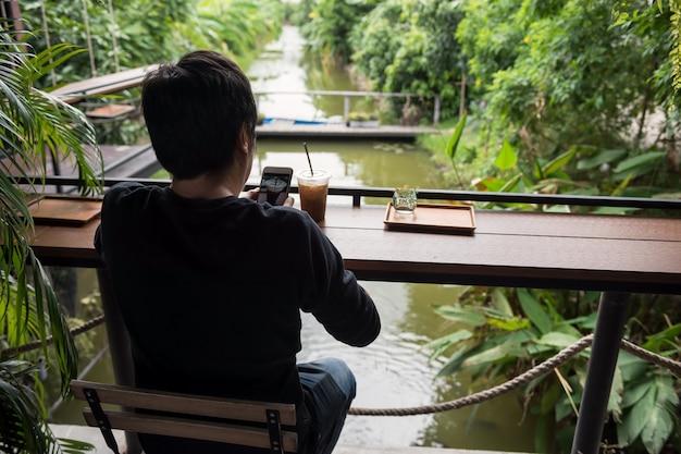 Homme prendre une photo de café par téléphone intelligent Photo Premium