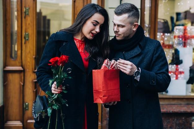 Homme Présentant Un Cadeau à Jolie Dame Photo gratuit