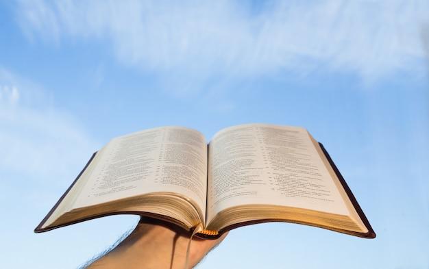 Homme priant avec sa bible Photo Premium