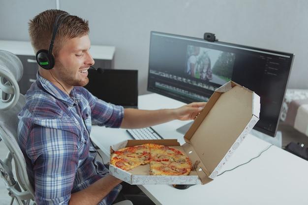 Homme programmeur travaillant à domicile Photo Premium