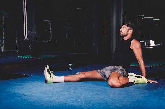 Homme Qui S'étend Dans La Salle De Gym Photo gratuit