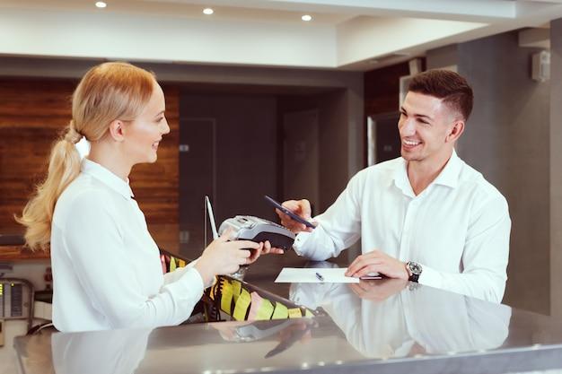 Homme à la réception de l'hôtel. Photo Premium
