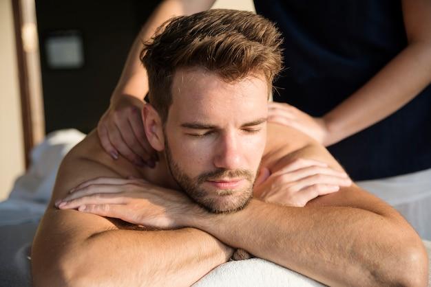 Homme recevant un message dans un spa Photo Premium