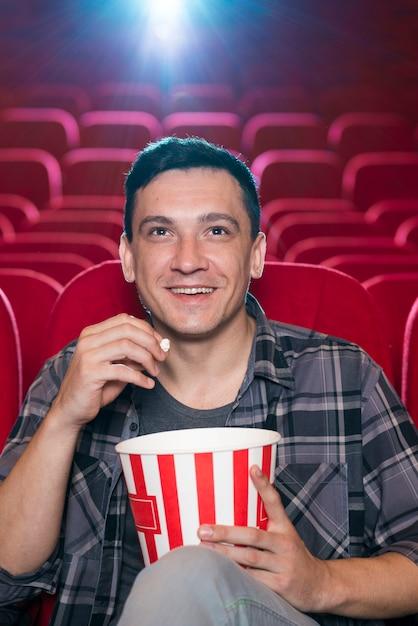 Homme regardant un film au cinéma Photo gratuit