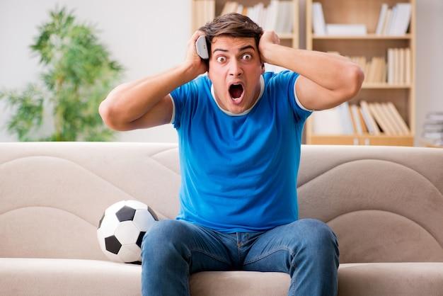 Homme regardant le football à la maison Photo Premium