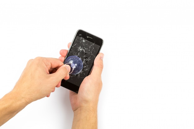 L'homme remplaçant le protecteur d'écran en verre trempé brisé pour smartphone Photo Premium