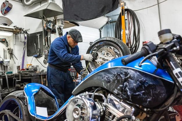 Homme réparant un pneu de moto avec kit de réparation Photo Premium