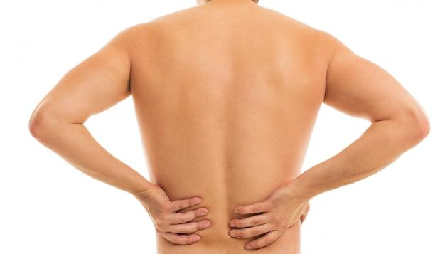 L'homme retient son dos à cause de la douleur Photo gratuit