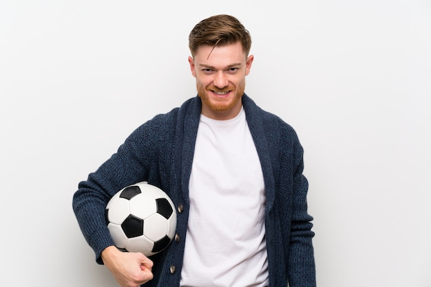 Homme rousse tenant un ballon de foot Photo Premium