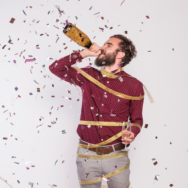 Homme, ruban, boire, champagne, depuis, bouteille Photo gratuit