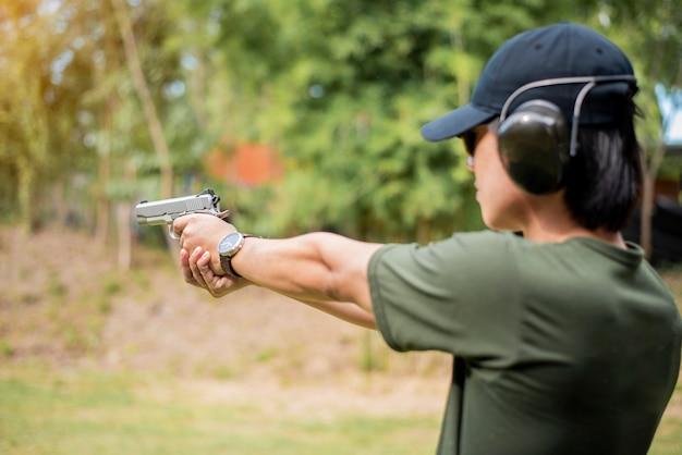 Un homme s'entraîne à tirer Photo Premium