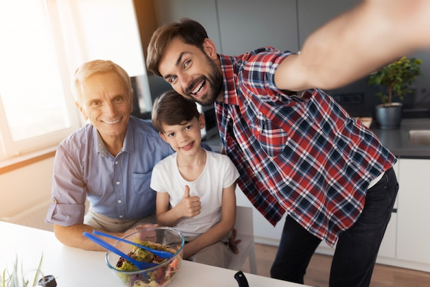 Un homme s'est photographié, son père et son fils âgés Photo Premium