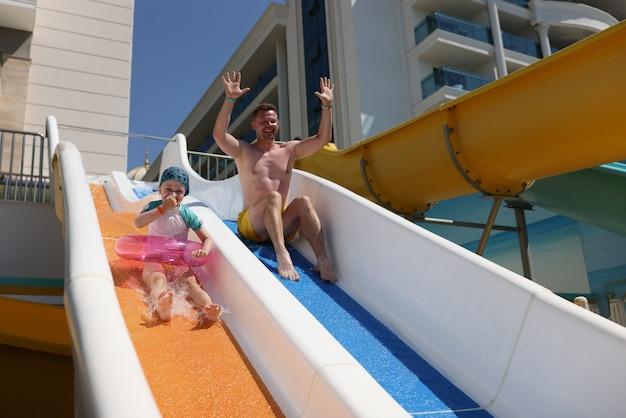 L'homme Et Sa Fille Font Du Toboggan Dans Le Parc Aquatique Photo Premium