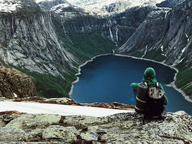 L'homme Avec Un Sac à Dos Admire Un Magnifique Paysage De Montagne Photo gratuit