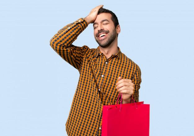Homme avec des sacs à provisions vient de réaliser quelque chose et a l'intention de la solution Photo Premium