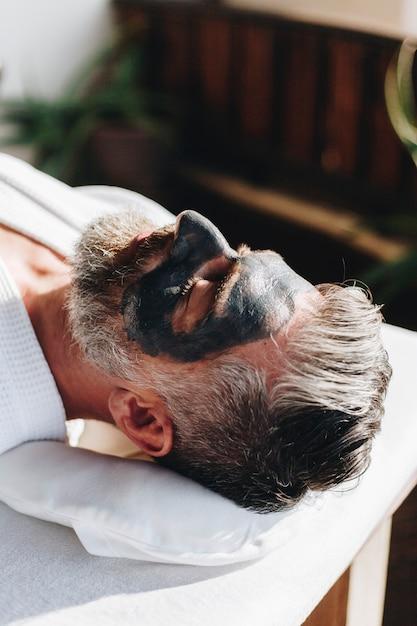 Homme se détendre dans un spa de beauté Photo Premium