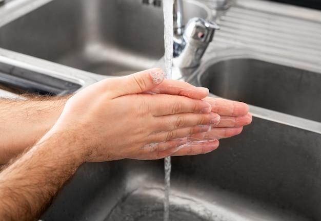 Homme Se Laver Les Mains Avec Du Savon Antibactérien Et De L'eau Dans Un évier En Métal Pour La Prévention Du Virus Corona. Hygiène Des Mains, Soins De Santé, Concept Médical. Photo Premium