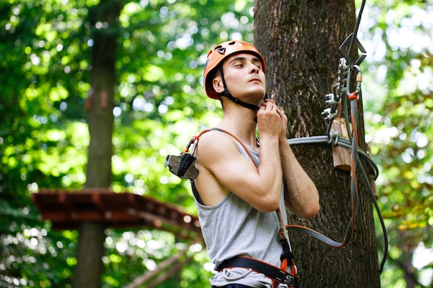 L'homme Se Prépare à Grimper Sur Les Cordes Dans Le Parc Photo gratuit