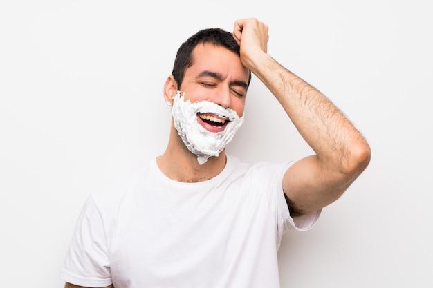 L'homme se rasant la barbe a réalisé quelque chose et l'intention de la solution Photo Premium