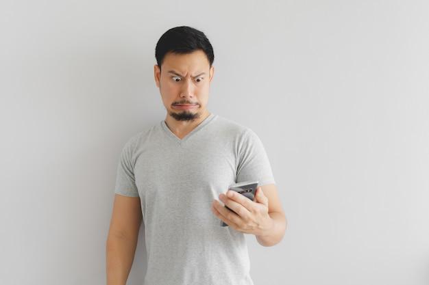 L'homme se sent détesté et dégoûté de ce que montre le smartphone. Photo Premium