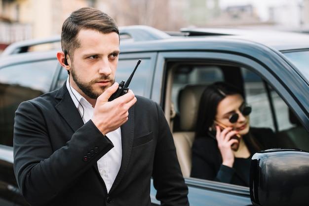 Homme De Sécurité Protégeant Le Client Photo gratuit