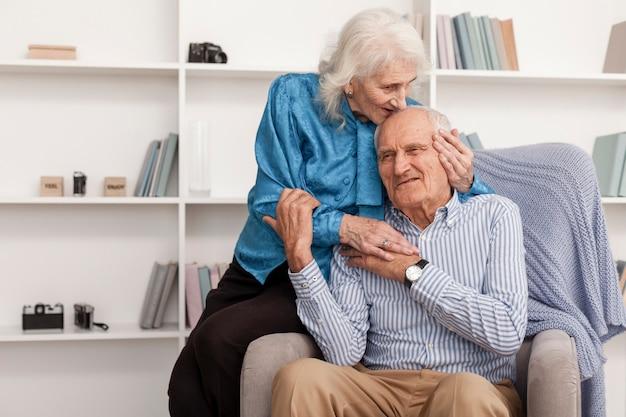 Homme Senior Mignon Et Femme Amoureuse Photo gratuit