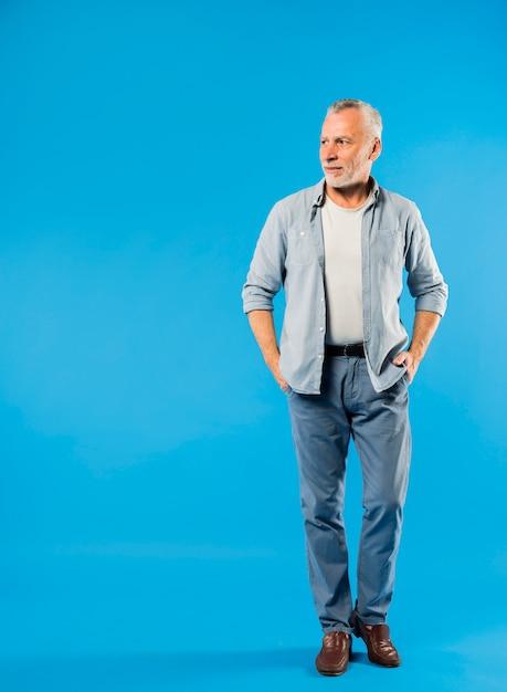 Homme senior moderne et cool Photo gratuit