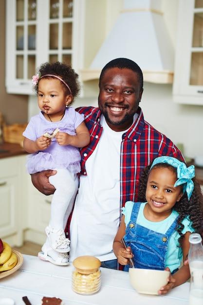 Homme avec ses filles Photo gratuit