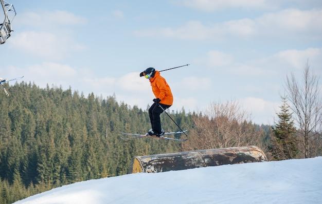 Homme skieur en vol lors d'un saut par-dessus une haie Photo Premium
