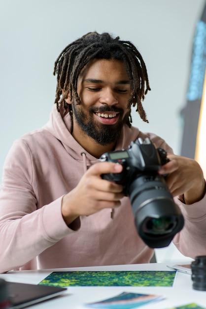 Homme Smiley Avec Caméra Photo gratuit